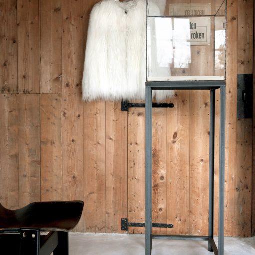 Stalen sokkel of display met vierkante glazen stolp of vitrine van glas in lood