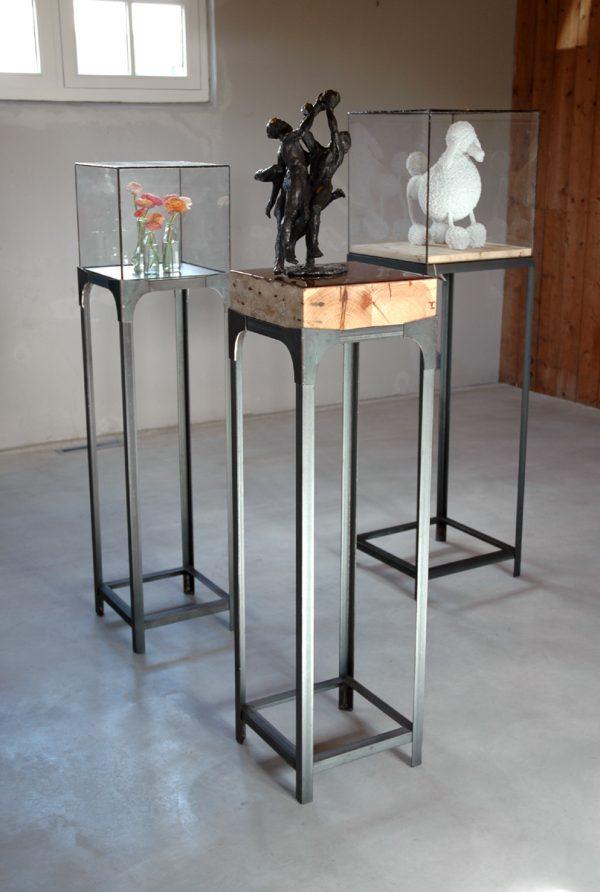 Industriële sokkels met vierkante stolp of vitrine met blauwstalen epoxy blad