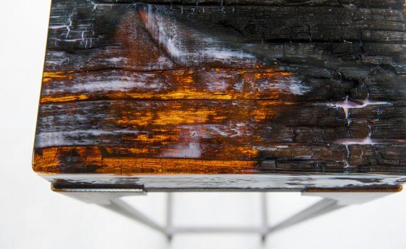 Stalen sokkel of display met verkoold houten blad en epoxy
