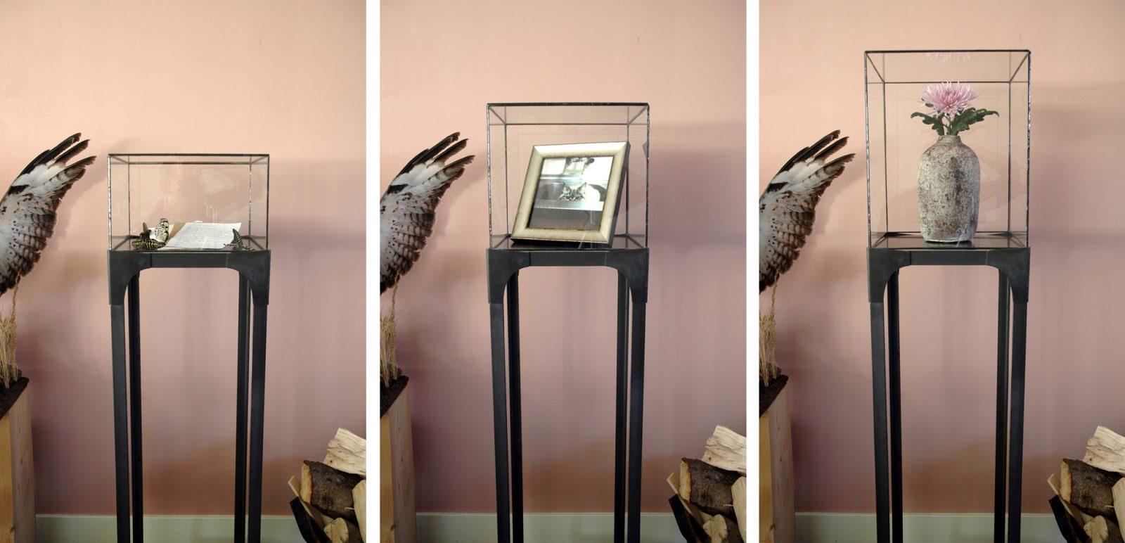 vitrine glas in lood, blauwstaal, sokkel, display, stolp