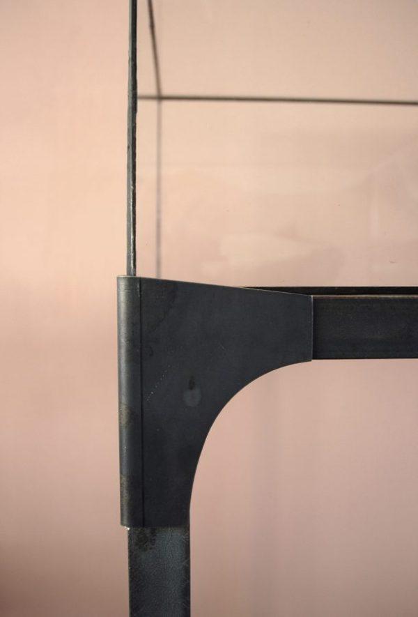 industrieel sokkel en vitrine glas in lood blauwstaal