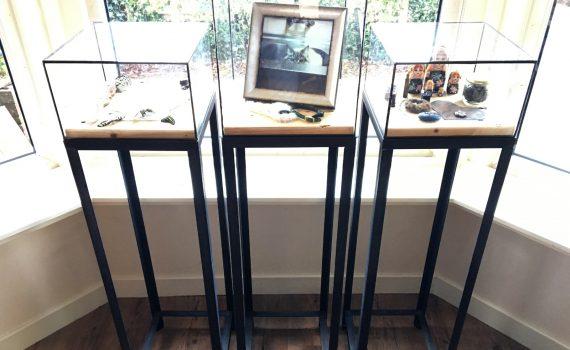 Stalen sokkels met glazen glas in lood kubus vitrine voor presentatie goudsmid of edelsmid