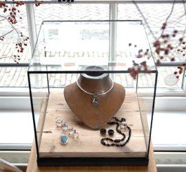 Vitrines en vierkante kubus stolpen of displays van glas in lood bij goudsmid en juwelier