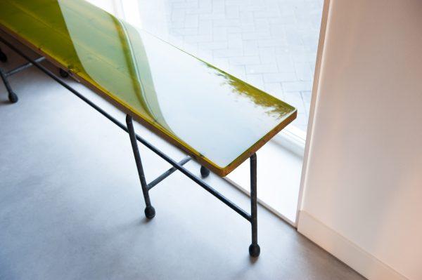 Stalen sidetable met houten tafelblad in gekleurd epoxy in een uniek industrieel design