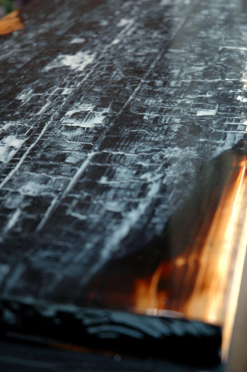 Renzez verbrand hout met epoxy kleur in de houtnerf