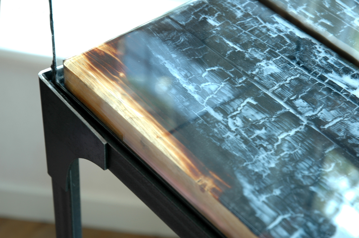 Renzez verbrand hout met epoxy art en productpresentatie