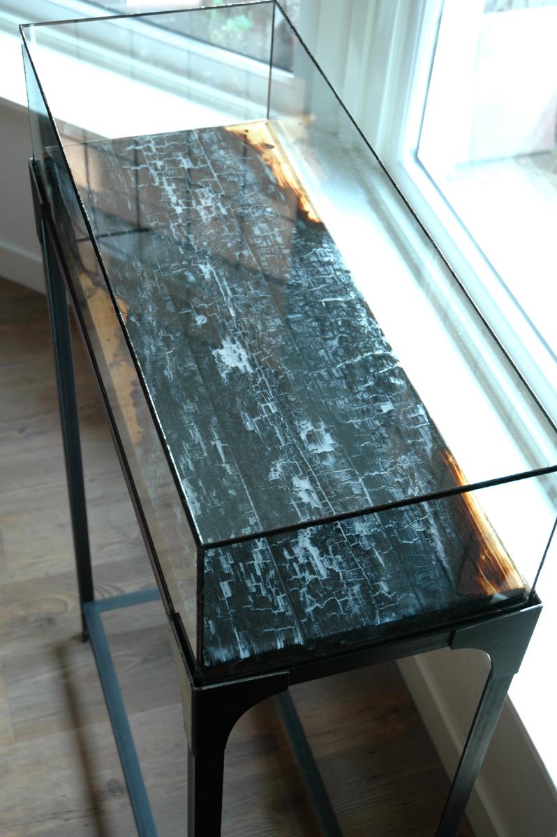 Renzez stalen sokkel met vitrine glas in lood en epoxy tafelblad