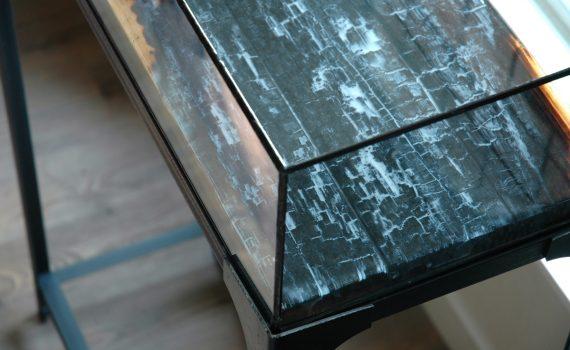 Renzez stalen sokkel met vitrine en epoxy tafelblad
