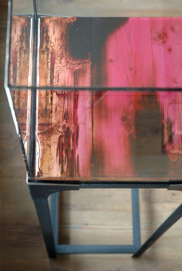Sokkel of display met colour epoxy topdek en glas in lood vitrine
