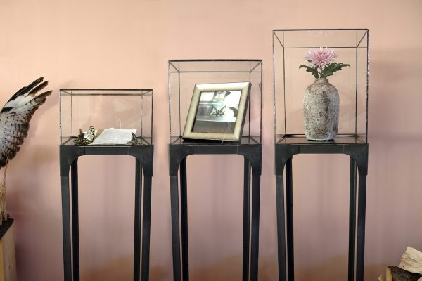industriële display of sokkel met glas in lood kubus vitrine